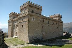 Castello Piccolomini Celano, Italy, province of L'Aquila , Abruzzo Unique Buildings, Interesting Buildings, Amazing Buildings, Chateau Medieval, Medieval Castle, Monuments, The Fortress Of Solitude, Minecraft Castle, Small Castles