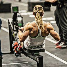 Krasser Rücken eines #Crossfit Chicks :) Dicke Arme mit dem #Bizeps Isolator: http://shredded-n.fit/1QMgjg1