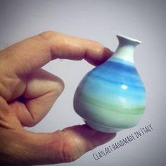 Miniatura in ceramica modellata al tornio e decorata con colori sottocristallina e smalto trasparente per ceramica. Un pezzo unico lavorato interamente a mano. #claylart #claudiaaltavilla #handmadeinitaly #miniaturepottery #miniature #tiny...