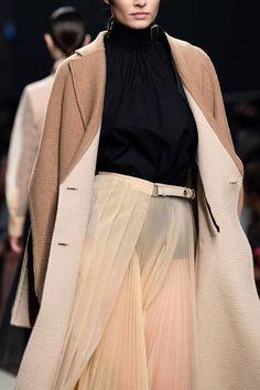 Fendi Fall 2019 Ready-to-Wear Fashion Show - Vogue Fashion Art, Runway Fashion, High Fashion, Fashion Show, Fashion Outfits, Womens Fashion, Vogue Paris, Karl Lagerfeld, Fendi