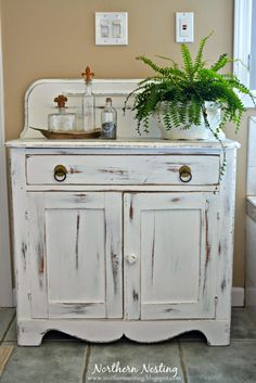 Northern Nesting: Chest - Looking for something similar for the mudroom! Primitive Furniture, Recycled Furniture, Furniture Projects, Furniture Making, Furniture Makeover, Diy Furniture, Distressed Furniture Painting, Painted Furniture, Antique Dry Sink