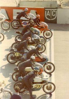 Vintage Motorcycle Road Racing Start Line. Vintage Cafe, Vintage Bikes, Vintage Motorcycles, Vintage Surf, Vintage Style, Bobber Custom, Custom Bikes, Valentino Rossi, E Portfolio