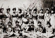 Women of the Village (Samoa), c. tattoos tatau tattoos back tattoos meaning tattoos forearm Samoan Dance, Samoan Women, Samoan People, Polynesian Art, Polynesian Culture, History Of Photography, Samoan Tattoo, People Of The World, South Pacific