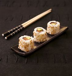 California rolls saumon avocat (makis california) - les meilleures recettes de cuisine d'Ôdélices Sushi Co, Japanese Food Sushi, Sushi Party, State Foods, Good Food, Yummy Food, Eating Fast, Love Eat, Japanese Recipes