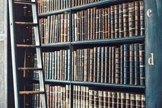 Looking for useful book summaries? This list of book summaries shares the key ideas from some of the best books of all-time in 3 sentences or less. Book Of Kells, Dossier Photo, Bookshelves, Bookcase, Good Books, Books To Read, Futuristisches Design, Design Ideas, Interior Design