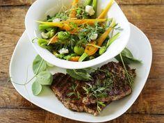 Saubohnen-Möhren-Gemüse mit Koteletts vom Grill ist ein Rezept mit frischen Zutaten aus der Kategorie Gemüsesalat. Probieren Sie dieses und weitere Rezepte von EAT SMARTER!