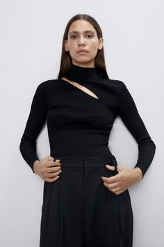 High collar top with long sleeves. Front and back vents. Collar Top, High Collar, Cut Out Top, T Shirt Diy, Zara Women, Dress Collection, Knitwear, Barn, High Neck Dress