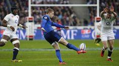 Jules Plisson tape alors que Maro Itoje et Owen Farrell tentent de le contrer - France-Angleterre - 19 mars 2016