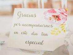 Familiares y amigos, vuestros invitados serán una parte fundamental en vuestra boda; recordadles lo mucho que les queréis y valoráis dándoles cariño y unas bonitas palabras de agradecimiento; inspiraos con estos 20 fantásticos textos.