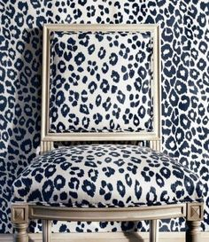 Living Room with Schumacher Iconic Leopard Custom Drapes (Shown in Ink - comes in other colors) Leopard Wallpaper, Fabric Wallpaper, Graphic Wallpaper, Print Wallpaper, Sillas Chippendale, Leopard Chair, Leopard Room, Custom Drapes, Custom Fabric