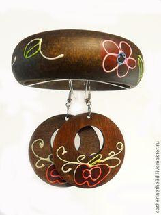 Знойное лето комплект. Африканские браслет и сережки 'Знойное лето' коллекции 'Таинственная Африка' выполнены из цельного куска дерева билинга. Благодаря спокойной расцветке браслеты можно носить как с яркой, так и с повседневной одеждой.