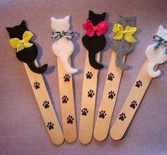 Cat Bookmarks - make a paper pattern first - glue felt cut-outs onto craft stick dotted with paw prints - tie with twine or mini-ribbon. Easy to convert to dog pattern - omit bows and add felt dog collar Kids Crafts, Cat Crafts, Craft Stick Crafts, Diy And Crafts, Craft Projects, Arts And Crafts, Paper Crafts, Craft Ideas, Mini Craft