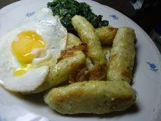 Brambory uvaříme ve slupce, necháme vychladnout, oloupeme a nastrouháme. Přidáme vejce, rozmačkaný česnek, majoránku a krupici. Dochutíme solí.Z... Gnocchi, Main Dishes, Sausage, Food And Drink, Potatoes, Eggs, Vegetarian, Chicken, Meat