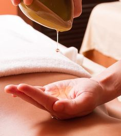 Body Massage after a hectic day can realx your brain and activates your body cells. Here we have put forth a list of body massage oils and their benefits. Massage Images, Massage Pictures, Massage Room, Massage Therapy, Body Massage Spa, Massage Wellness, Technique Massage, Massage Center, Muscles In Your Body