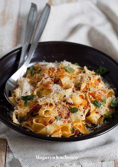 Przepis na makaron z szybkim sosem amatriciana. Szybka wersja klasycznego sosu amatriciana do makaronów. Sos na bazie pomidorów i boczku.