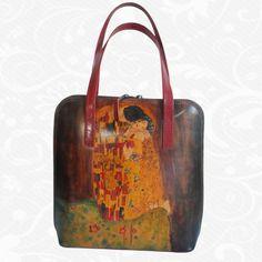 Originálna ručne maľovaná kožená kabelka. Existuje len jeden kus. Každý jeden kus ručne maľovaných výrobkov je umelecké dielo. Kabelka je neopakovateľný originál s nádhernou maľbou.  Motív: Gustav Klimt – The kiss  http://www.vegalm.sk/produkt/rucne-malovana-kabelka-c-18/