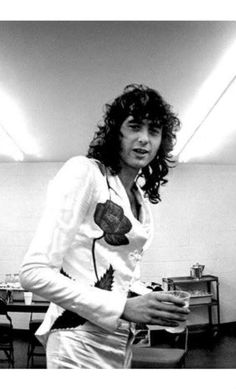 Jimmy Page Backstage..i dont even notice the cup anymore :(