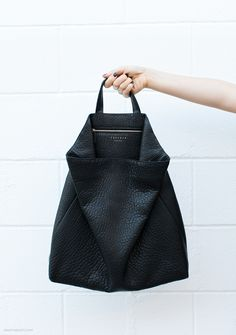 black fluke by tsatsas Pack Your Bags, My Bags, Purses And Bags, Minimalist Bag, Vogue, Monochrome Fashion, Fashion Bags, Fashion Trends, Style Fashion