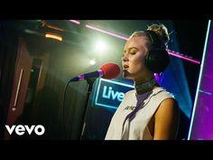 El programa de la BBC BBC Radio One consigue que sus famosos invitados hagan versiones de otros artistas y normalmente consiguen producir g...