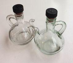 pienet viinietikka- ja öljypullot