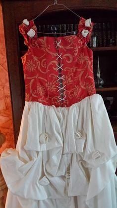 A vendre très jolie robe de mariée d'occasion ivoire et rouge taille 44  très bonne qualité portée une seule fois  valeur neuve 550 €  Prix à débattre pas sérieux s'abstenir  Remise en mains propres sinon prévoir frais de port
