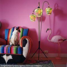 Ein Mix aus Form und Farbe: Die Wand hat die Farbe des Flamingos angenommen - beide strahlen in Pink. Der farbenfrohe Sessel mit Stoff-, Leder- und Kuhfelloptik-Bezug,…