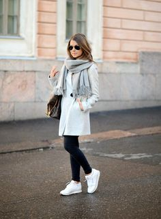 25 Pieces to Polish Your Minimalist Fall Outfit Minimalist fall outfit has never been an outdated option to take. So you must have some pieces minimalist fall outfit to look chic with the effortless way. Mode Outfits, Trendy Outfits, Winter Outfits, Fashion Outfits, Sneakers Fashion, Style Fashion, Reebook Outfit, Reebok Classic Sneakers, Casual Sneakers