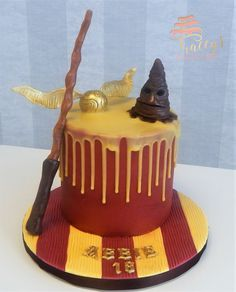 Harry potter drip cake with wand, sorting hat and golden snitch Harry Potter Torte, Cumpleaños Harry Potter, Harry Potter Birthday Cake, Harry Potter Wedding, Pastel Harry Potter, Hery Potter, Cake Decorating Tips, Drip Cakes, Pretty Cakes
