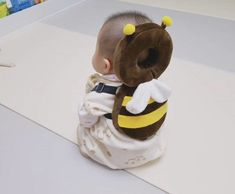 This Bee Shaped Baby Backpack Protects Babies Heads If They Fall Over Bienenförmiger Baby-Kopfschutz-Rucksack Unique Gifts (Visited 3 times, 1 visits today) So Cute Baby, Baby Kind, Cute Kids, Cute Babies, Mom And Baby, Baby Rucksack, Baby Gadgets, Camping Gadgets, Baby Set