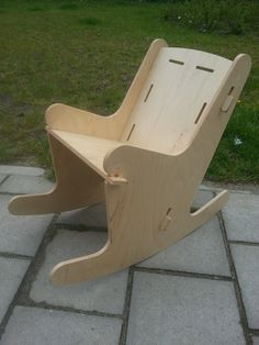 'Elk kind heeft recht op een eigen plek.' Deze gedachte zette Piet Fieret ertoe om de Stoeli en de Schommeli te ontwerpen, stoelen speciaal gemaakt voor mindervalide kinderen en geproduceerd van duurzaam FSC hout!
