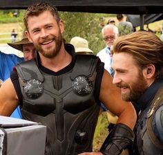 "Chris Hemsworth and Chris Evans on the set of ""Avengers: Infinity War"" Marvel Dc, Marvel Actors, Marvel Memes, Captain Marvel, Marvel Comics, Captain America, Mundo Marvel, Steve Rogers, Chris Hemsworth Thor"