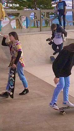 Skate 3, Skate Girl, Skate Style, Aesthetic Grunge Outfit, Aesthetic Indie, Aesthetic Movies, Beginner Skateboard, Skateboard Videos, Skater Couple