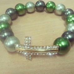 Pulsera de cruz con perlas verdes