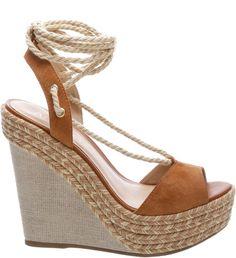 Com amarração lace up em cordão natural superestilosa, a sandália de suede na cor marrom Marrocos é uma linda opção para seus looks de verão. A plataforma em juta é alta. <br><br> <b>Tendência Savann