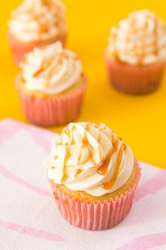 cream cheese frosting Everyone's favorite Cuban pastelitos in cupcake form! This easy to make recipe features guava cupcakes with cream cheese frosting and guava drizzle.Que del Guava Cookies Recipe, Guava Cupcakes, Guava Cake, Tropical Cupcakes, Guava Desserts, Guava Recipes, No Bake Desserts, Dessert Recipes, Healthy Desserts