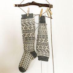 Tante er Fortsatt Gal! – 15 LEKRE JULEGAVE TIPS - NORSKE OG GRATIS STRIKKEOPPSKRIFTER Fair Isle Knitting, Knitting Socks, Knit Socks, Mittens, Ravelry, Free Pattern, Knitting Patterns, Crafts, Clothes