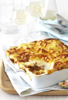 Hands up who feels like delicious, comforting cottage pie tonight! We have a great easy recipes! Easy Dinner Recipes, Easy Meals, Kiss The Cook, Cottage Pie, Food For Thought, Meat Recipes, Macaroni And Cheese, Dishes, Cooking