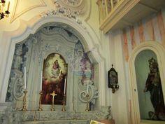 La chiesa di San Vito a Castrì di Lecce (provincia di Lecce), dedicata al protettore del paese, fu totalmente ricostruita nel 1734 e il 1772. L'interno, a croce latina, ospita pregevoli altari in pietra leccese sormontati da tele di pregio artistico. In foto altare della Vergine del Rosario.