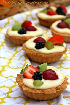 This is a new spin on a fruit pizza. You can make mini fruit pizza cookies for dessert for your next party, BBQ or family reunion. Fruit Pizza Cookies, Dessert Pizza, Fruit Dessert, Eat Fruit, Mini Fruit Pizzas, Easy Fruit Pizza, Fruit Tarts, Single Serve Desserts, Easy Desserts