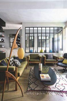 maison parisienne design mid-century et authentique , parisian mid-century house - salon living room verriere canapé vert green sofa