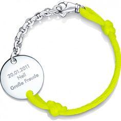 """Das indivduell gravierte Kinderarmband """"Be Safe"""" des beliebten Labels """"Be Safe Angel"""" ist ein besonderes Geschenk mit persönlicher Widmuung auf einer Seite des Anhängers. Gelb und Sterlingsilber vollenden das Armband. Versandkostenfrei bei melovely.de"""