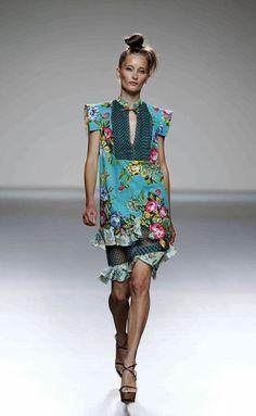 Victorio & Lucchino - Desfile - Madrid - Primavera Verano 2013 - ELLE.ES Victoria, Texture, Embellishments, Madrid, Dresses, Clothing, Ruffles, Hair Bows, Walkway