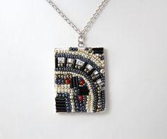 Utilisez la base géométrique de votre choix, travaillez les perles de rocaille selon les techniques de mosaïque architecturale. #Apoxie #Bijou #Bijoux #Création #Perle #Bille #Beads #Jewelry #Jewel #Necklace #Seedbeads #Handmade #Craft #DIY #Create #Workshop Cliquez pour voir les dates d'atelier disponible! Dates, Pendant Necklace, Jewels, Craft, Diy, Budget, Seed Beads, Atelier, Jewelery