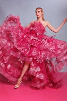 Christian Siriano Resort 2017 Fashion Show Pink Fashion, Fashion 2017, Fashion News, Fashion Show, Fashion Glamour, Christian Siriano, Christian Dior, Evening Dresses For Weddings, Evening Gowns