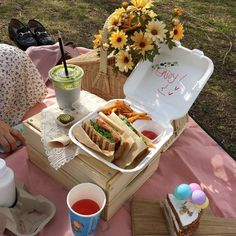 Picnic Date Food, Picnic Foods, Picnic Ideas, Summer Picnic, Picnic Time, Picnic Birthday, Aesthetic Food, Beige Aesthetic, Cute Food