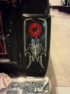 Igor's custom lines: pinstripes around a tail light