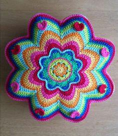 colchas tejidas a crochet, imagenes de decoracion, Crochet Home, Love Crochet, Crochet Gifts, Crochet Flowers, Crochet Mandala Pattern, Crochet Squares, Crochet Stitches, Crochet Patterns, Crochet Cushion Cover
