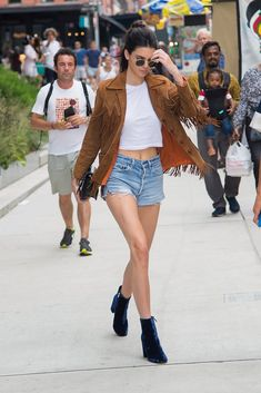 Every off-duty model has to master the white tee and denim shorts look. Kendall Jenner did that with a fringed suede jacket and velvet boots. Kendall Jenner Outfits, Kylie Jenner, Outfit Jeans, Denim Fashion, Fashion Models, Fashion Photo, Style Fashion, Fashion Outfits, Paisley
