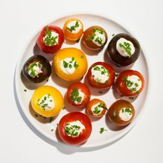 Hollowed-out cherry tomatoes are spiked with horseradish mayo in this summery appetizer.Hollowed-out cherry tomatoes are spiked with horseradish mayo in this summery appetizer. (I gotta try these spicy 'maters! Cherry Tomato Recipes, Cherry Tomato Pasta, Cherry Tomatoes, One Bite Appetizers, Appetizer Recipes, Party Appetizers, Bon Appetit, Caprese Salad Recipe, Menu