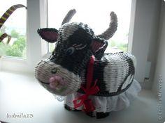 Здравствуй, Страна!!! Оцените мою выстраданную коровушку. Даже представить трудно, что только не придется плести. Коровы в инете я не нашла, пришлось выстрадать собственными мыслями и представлениями. Фото далеко не супер, но завтра надо нести, а сил и нервов что-то уже не хватает))))) фото 1 Straw Weaving, Paper Weaving, Basket Weaving, Newspaper Crafts, Old Newspaper, Paper Straws, Wicker, Hobbit, Interior Decorating
